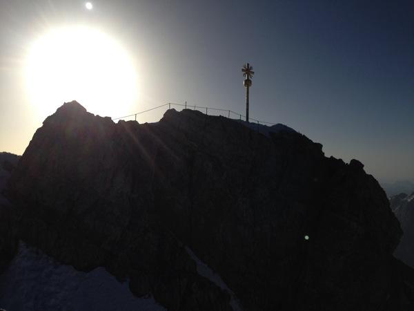 Das Gipfelkreuz im Abendrot