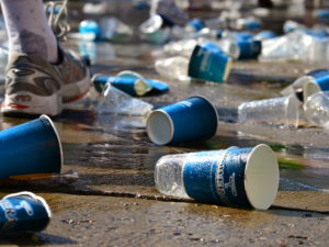 Viele leere trinkbecher